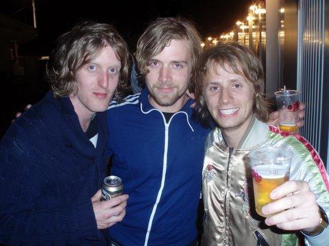 Andy Burrows (a esquerda) e Dom Howard
